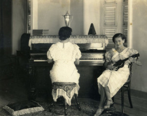 Everyday life for Caribbean Sephardic Jews involved playing musical instruments, sewing, embroidery, raising large families, and cooking meals that blended local ingredients with Sephardic traditional dishes.